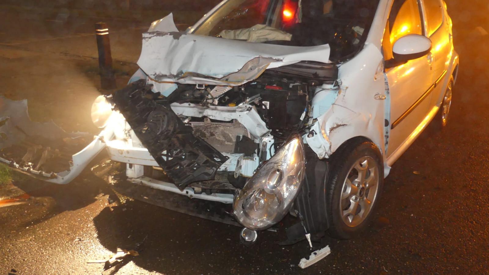 Auto zwaarbeschadigd na botsing met veewagen in Schagen.