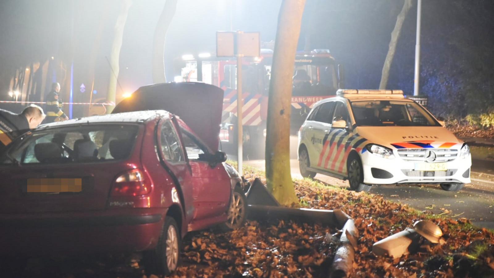 Bestuurder raakt gewond bij eenzijdig ongeluk in Hoofddorp.