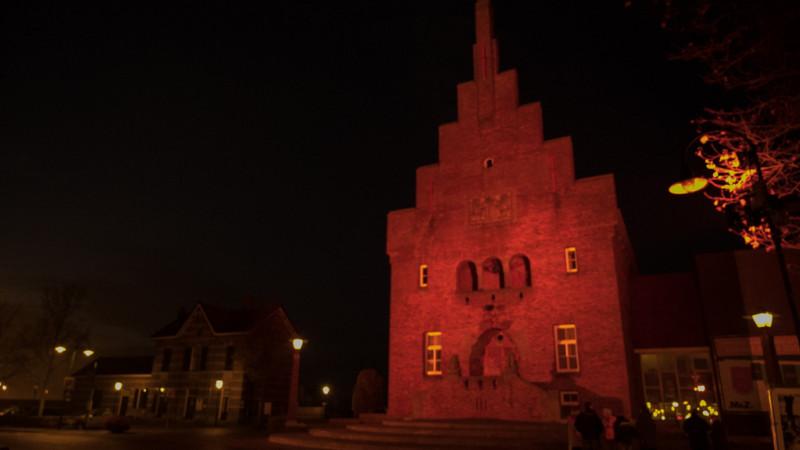 Oude stadhuis Medemblik in oranje licht gezet