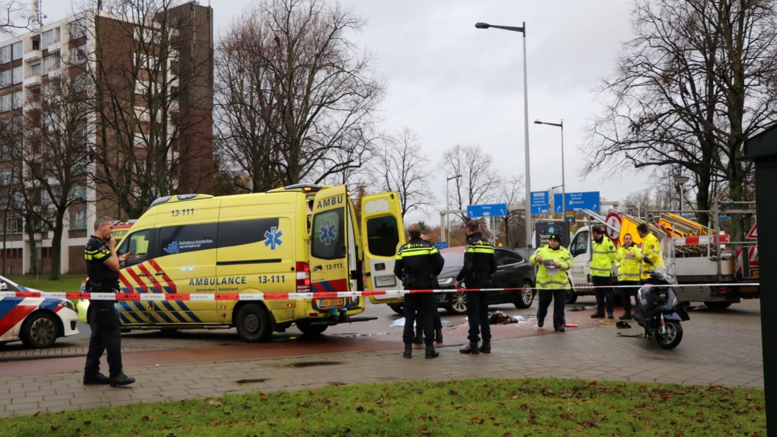 Scooterrijder zwaargewond na botsing in Amsterdam.