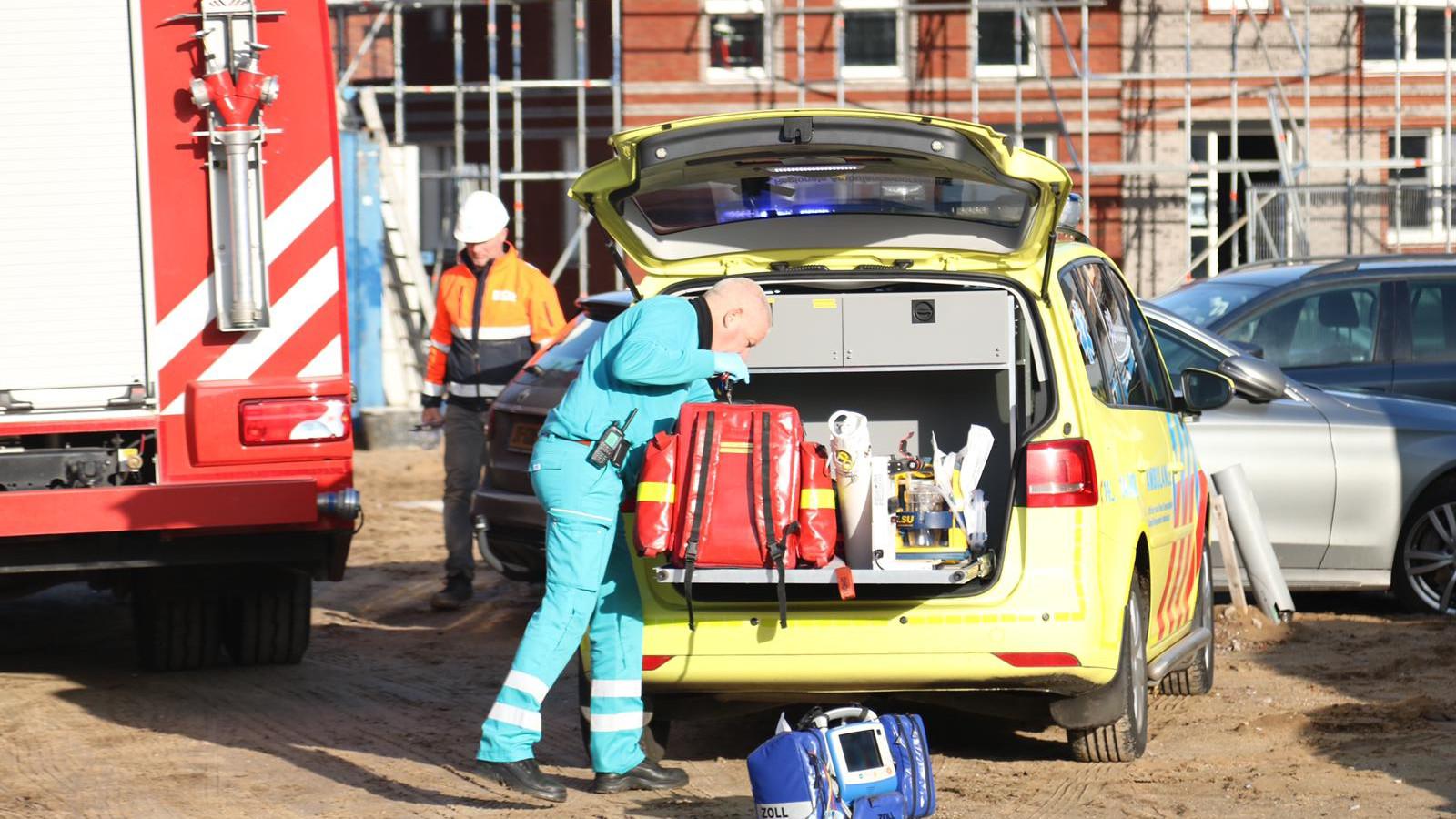 Bouwvakker zwaargewond na ongeluk met grote zaag op bouwplaats in Huizen.