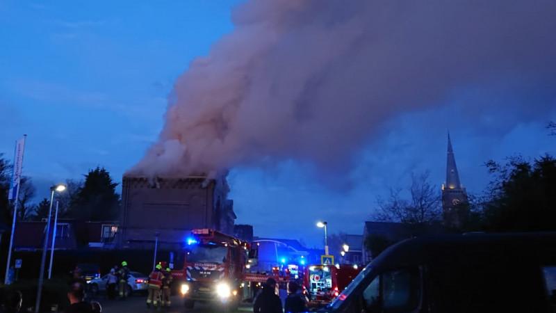 De rook is in de hele omgeving te zien