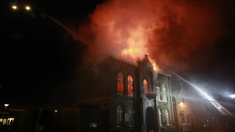 De vlammen slaan uit het dak in Obdam
