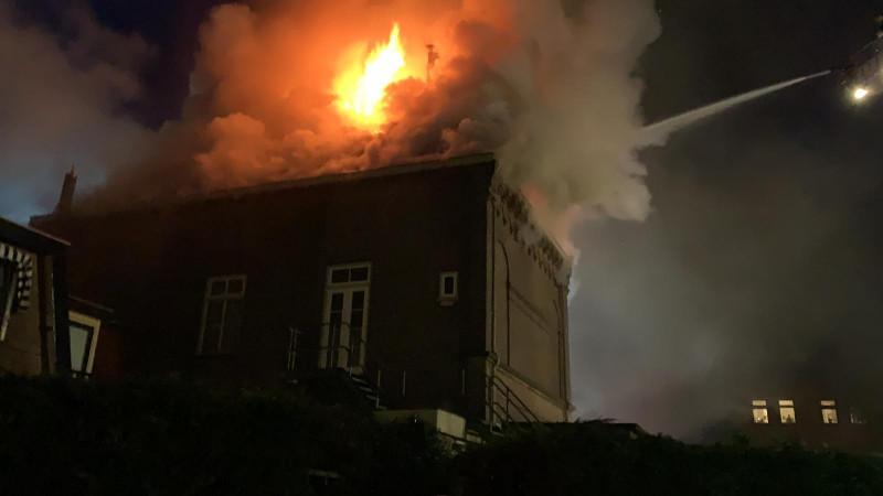 Het vuur is ook te zien aan de achterkant