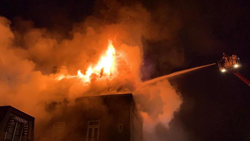 De brandweer probeert het vuur te blussen