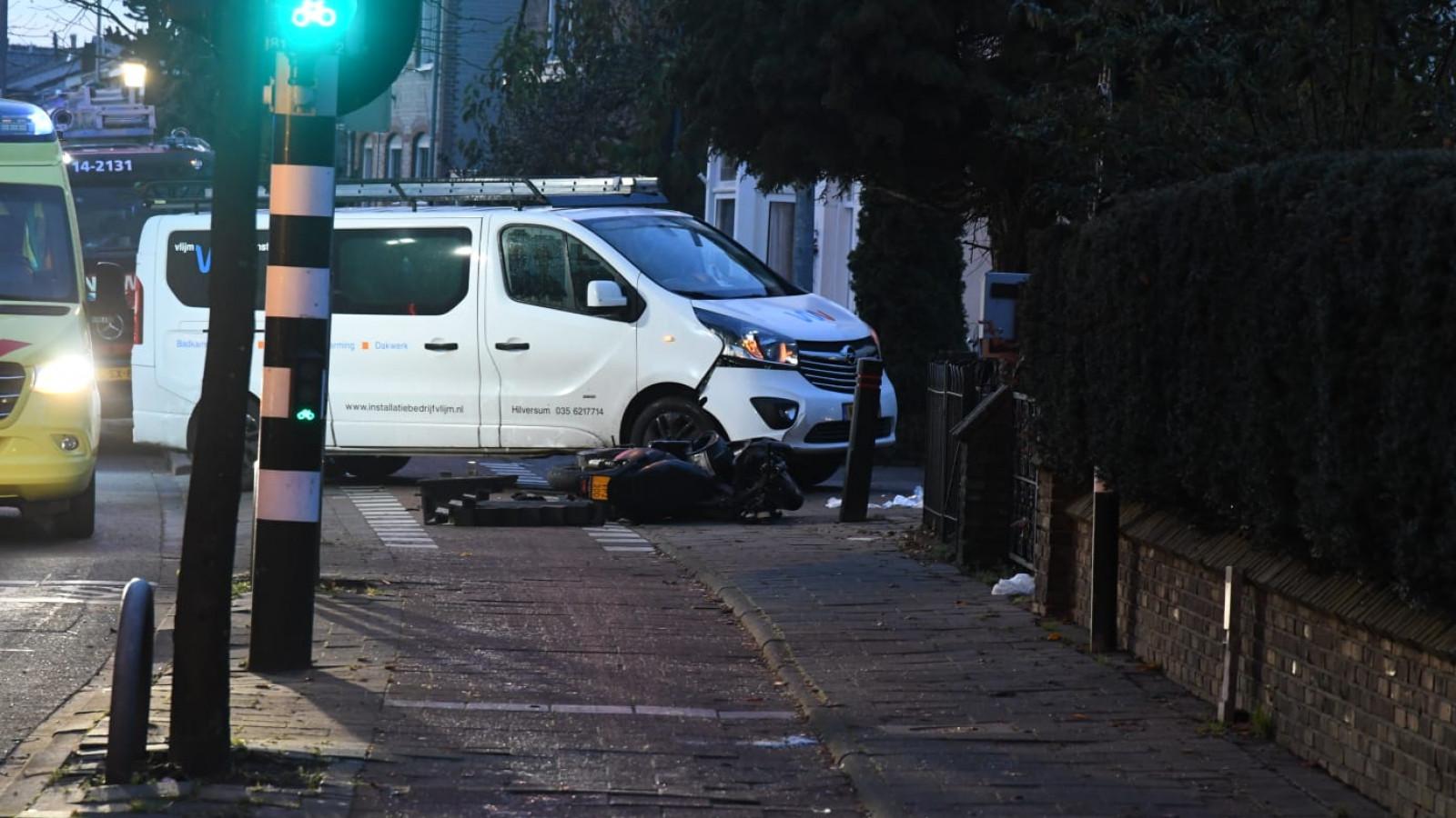 Scooteraar raakt bekneld onder bestelbus na ongeluk in Hilversum.