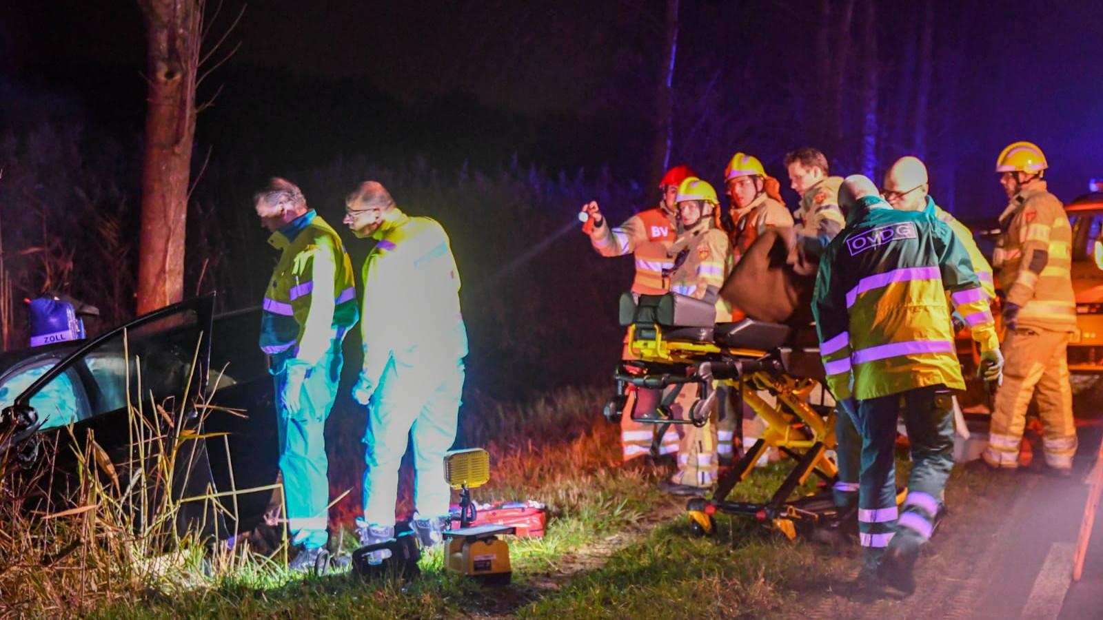 Bestuurder bekneld in auto na botsing in Kortenhoef.