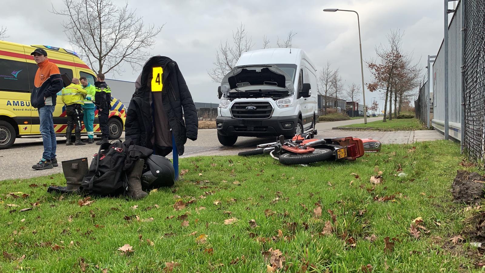 Bestuurder van brommer gewond na aanrijding met bestelbus in Opmeer.