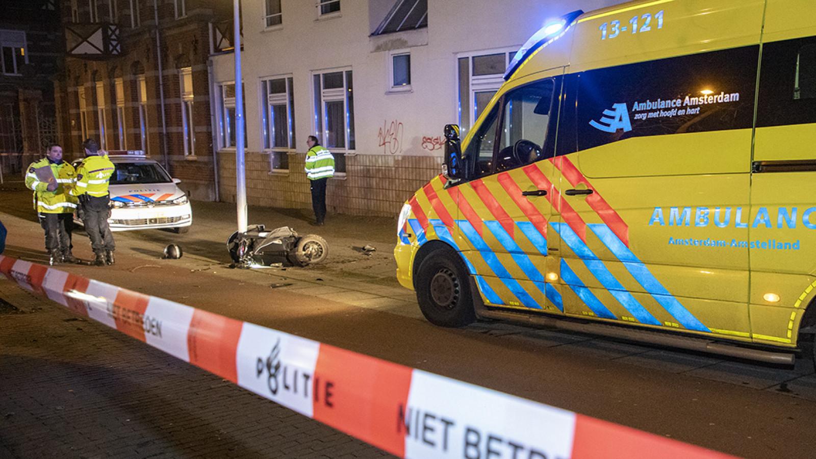 Scooterrijder ernstig gewond bij ongeluk in Amsterdam.