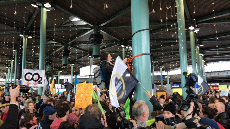 Greenpeace-activisten voeren actie op Schiphol