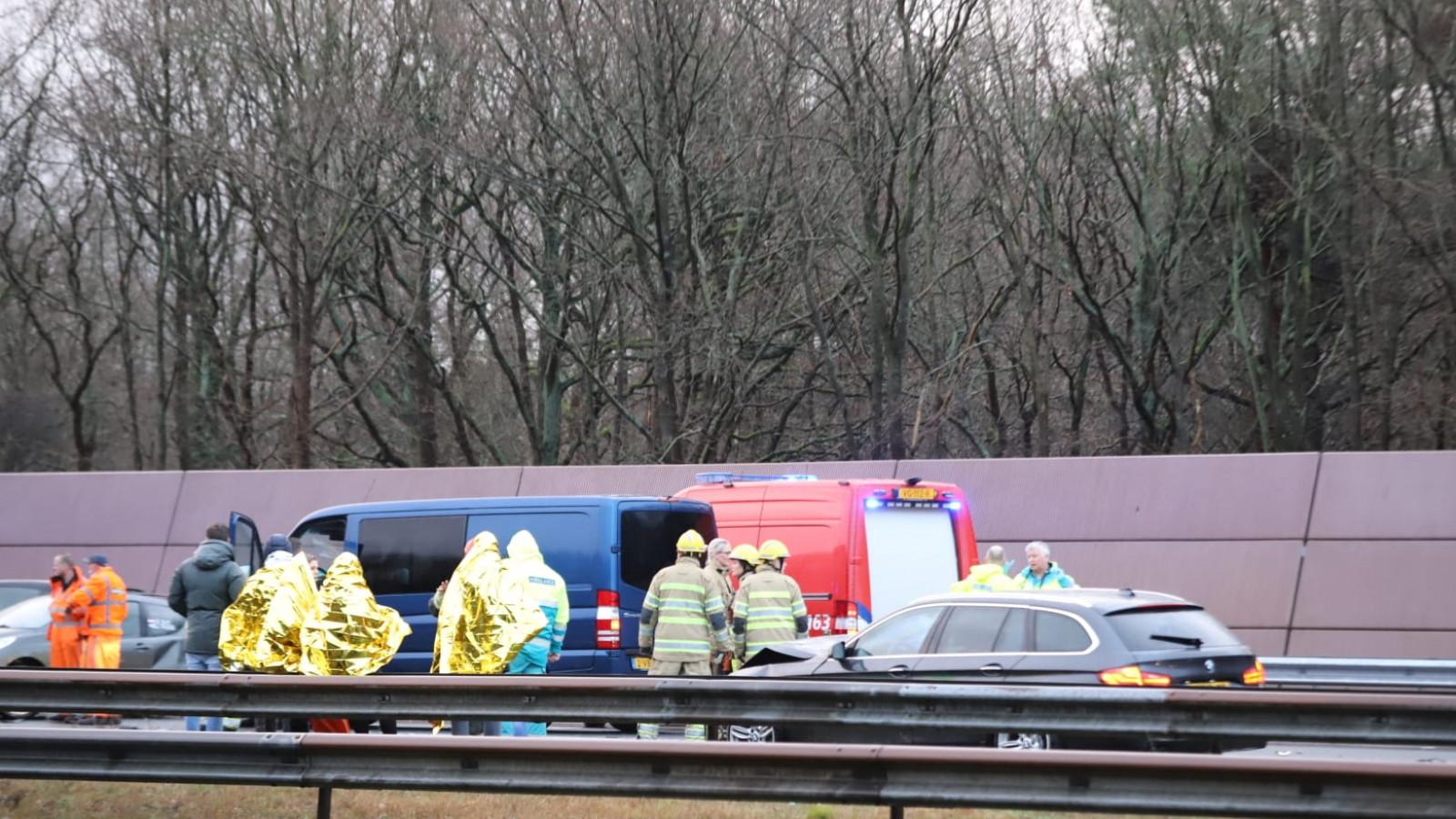 Twee gewonden na botsing met zeven autos op A27.