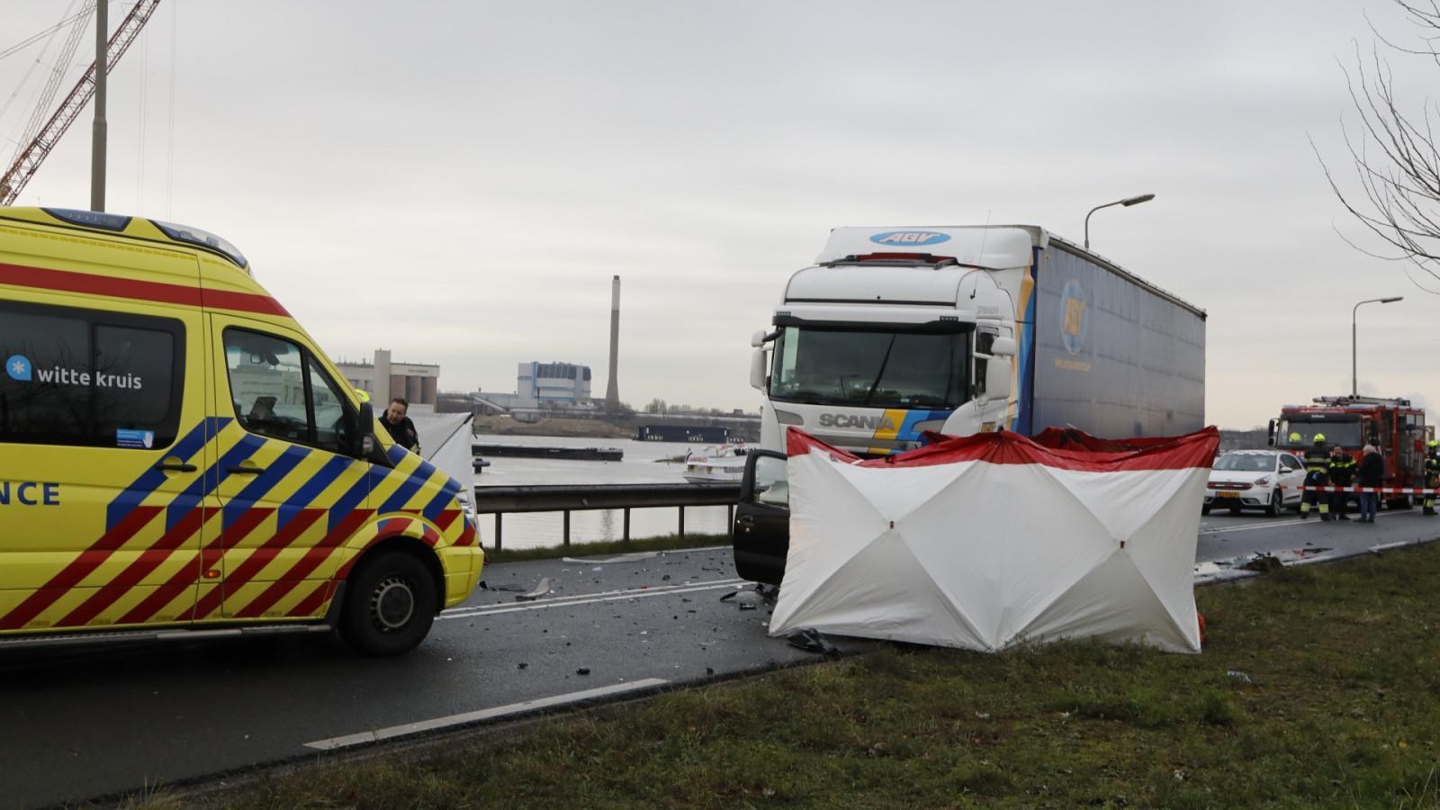 Dode bij ongeluk op de Kanaaldijk in IJmuiden.
