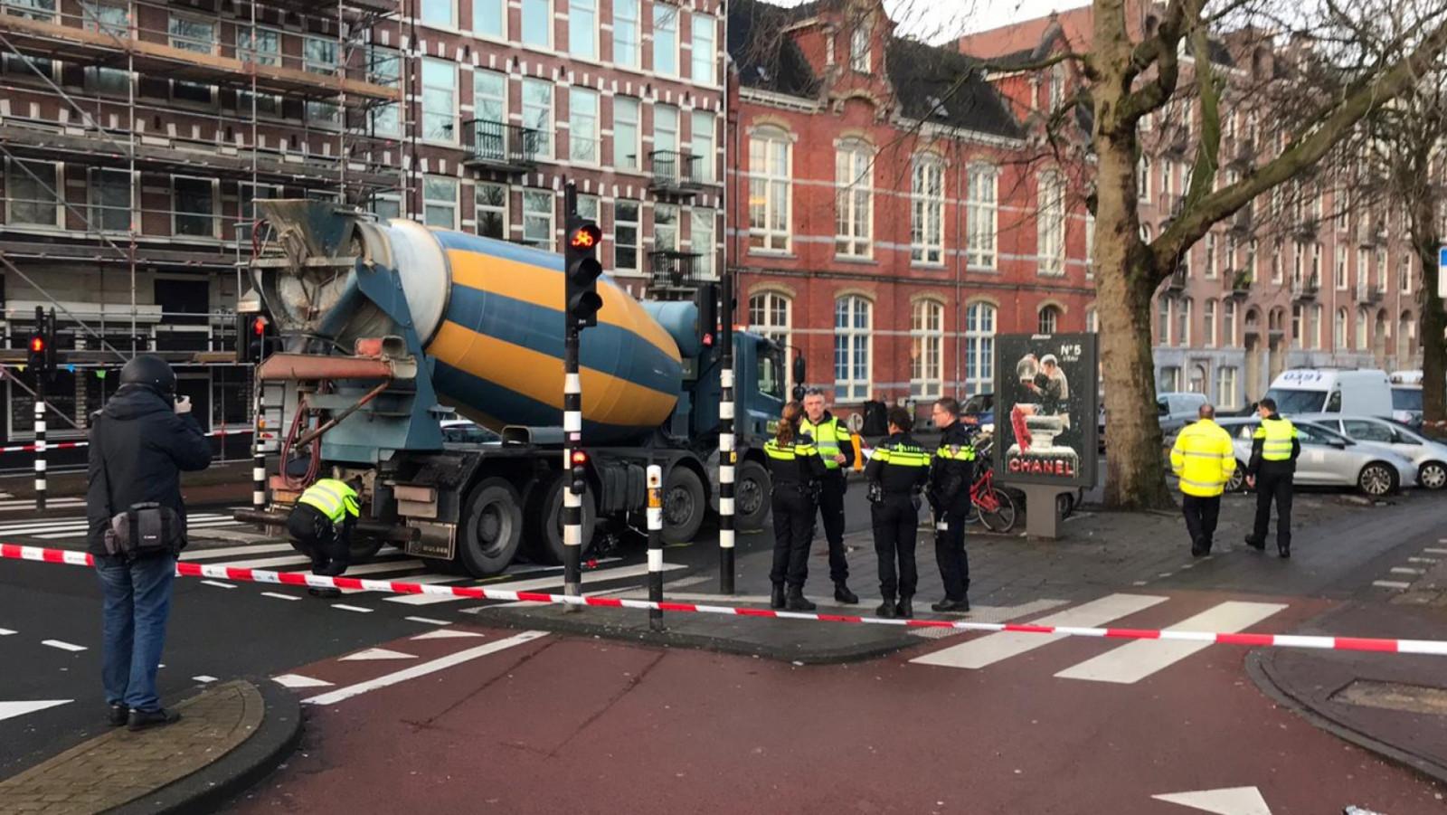 Fietser gewond na botsing met betonwagen in Amsterdam.