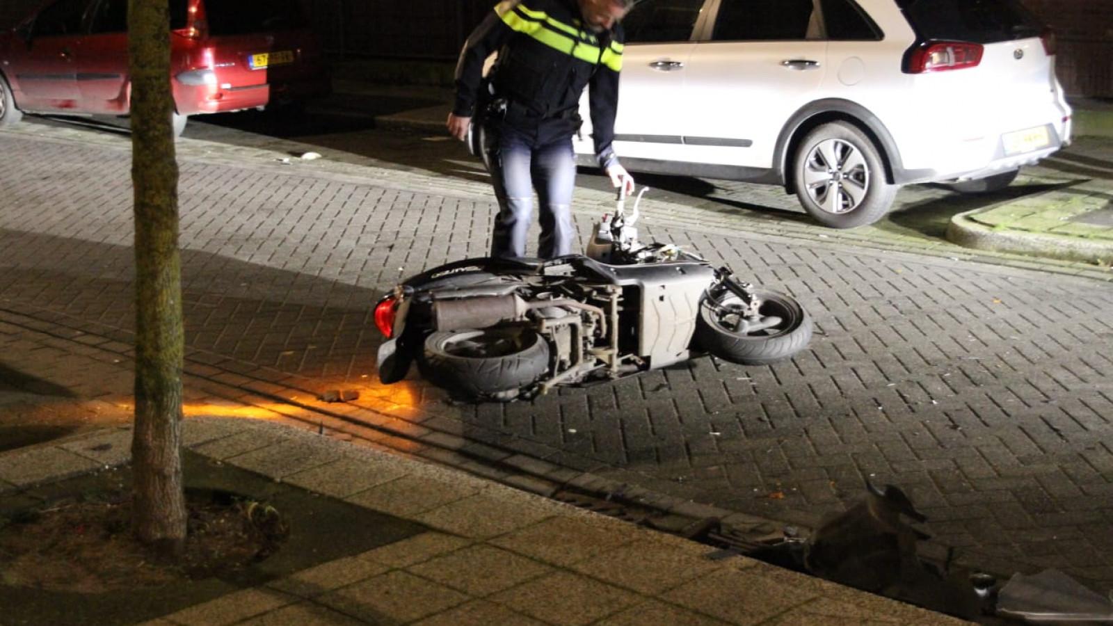 Scooterrijder gewond na botsing met auto in Assendelft.