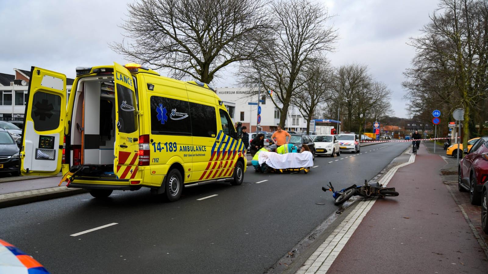 Snorfietser zwaargewond na ongeluk in Hilversum.