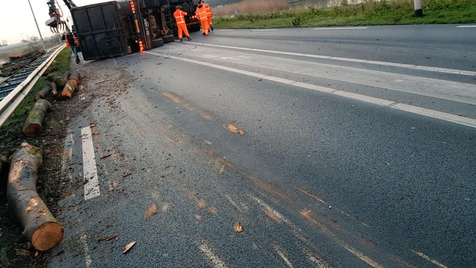 Gekantelde vrachtwagen op A2 geborgen, afrit Enspijk is weer vrij.