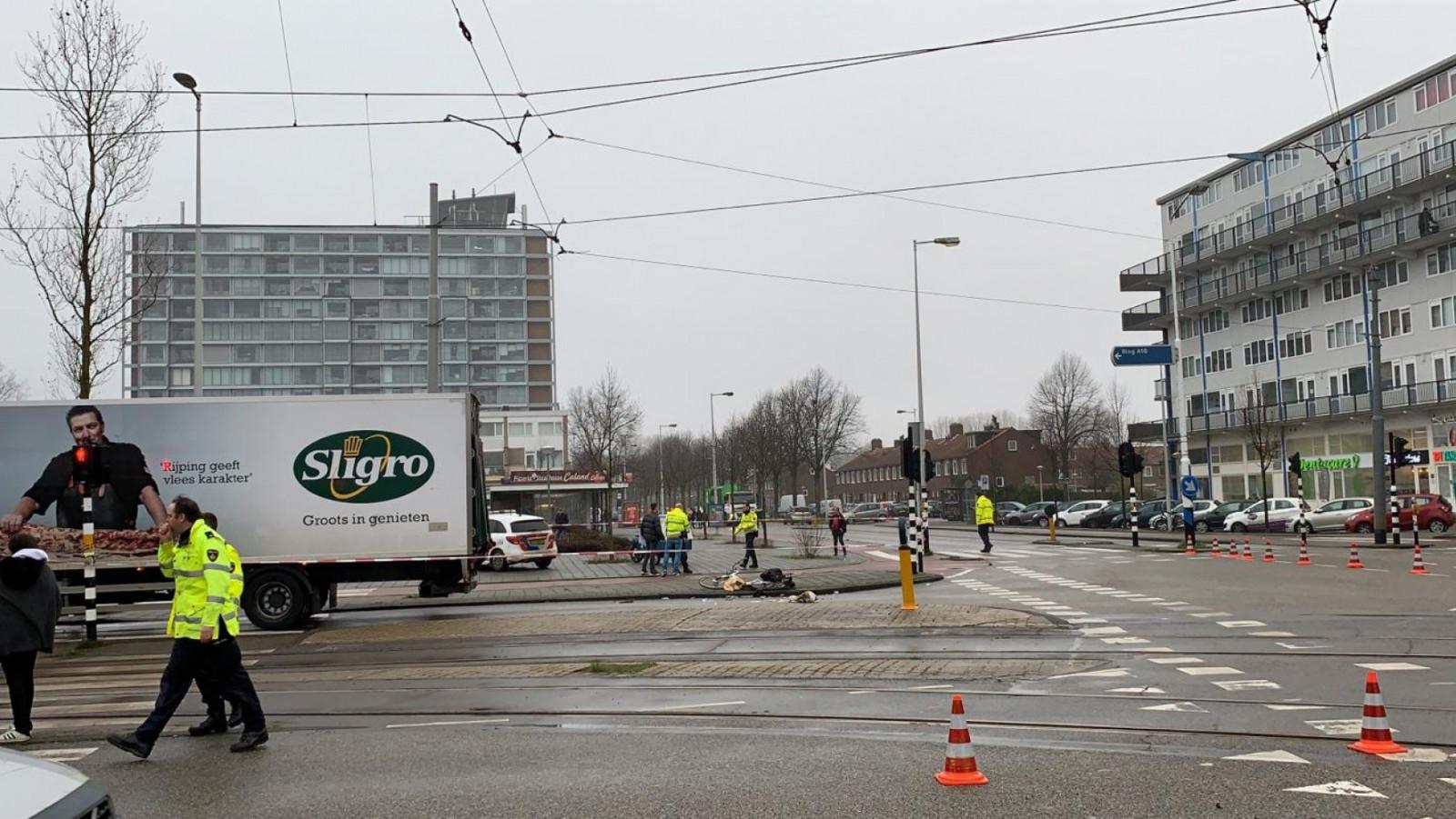Fietser gewond bij aanrijding op kruispunt in Amsterdamse wijk Osdorp.