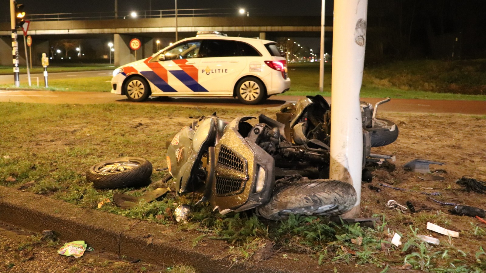 Motorscooter total loss na botsing tegen lantaarnpaal in Westpoort.
