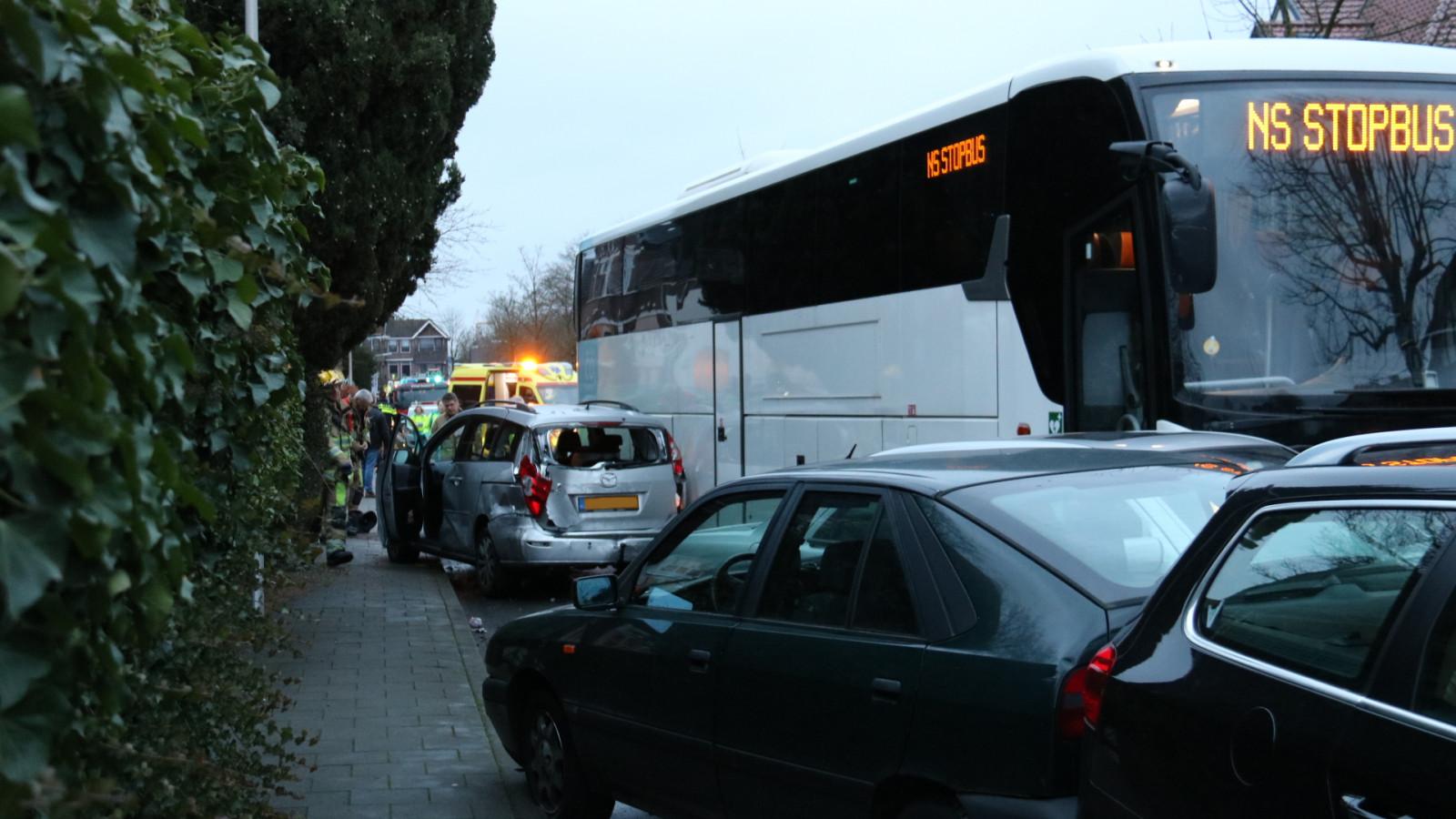 Vrouw op bakfiets overlijdt na botsing met NS-bus, kind ongedeerd.