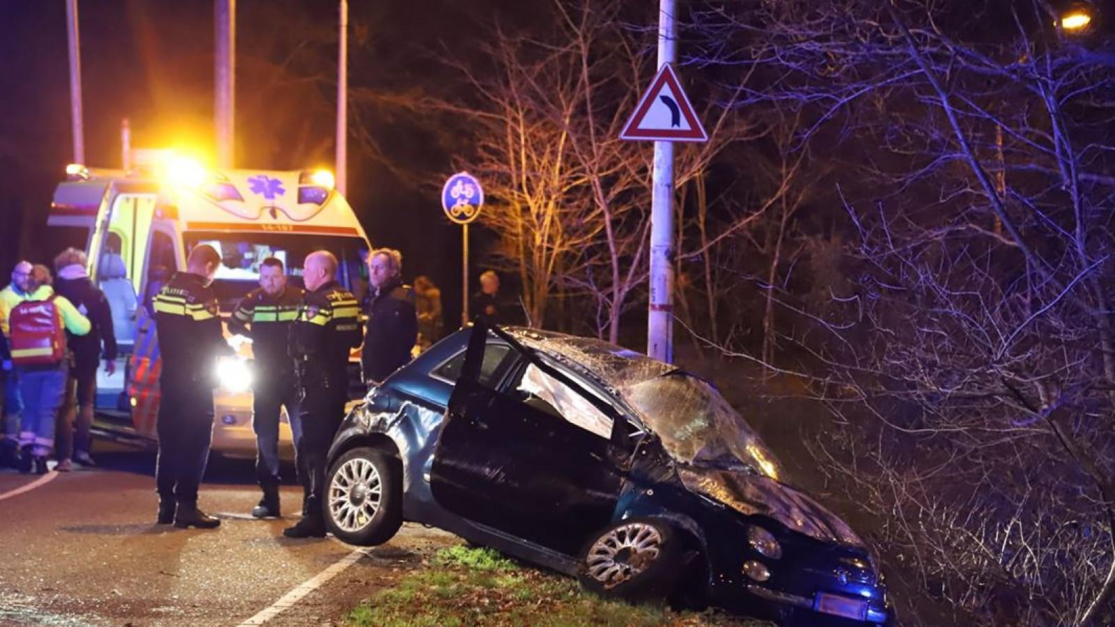 Auto meerdere malen over de kop na ernstig ongeval in Laren.