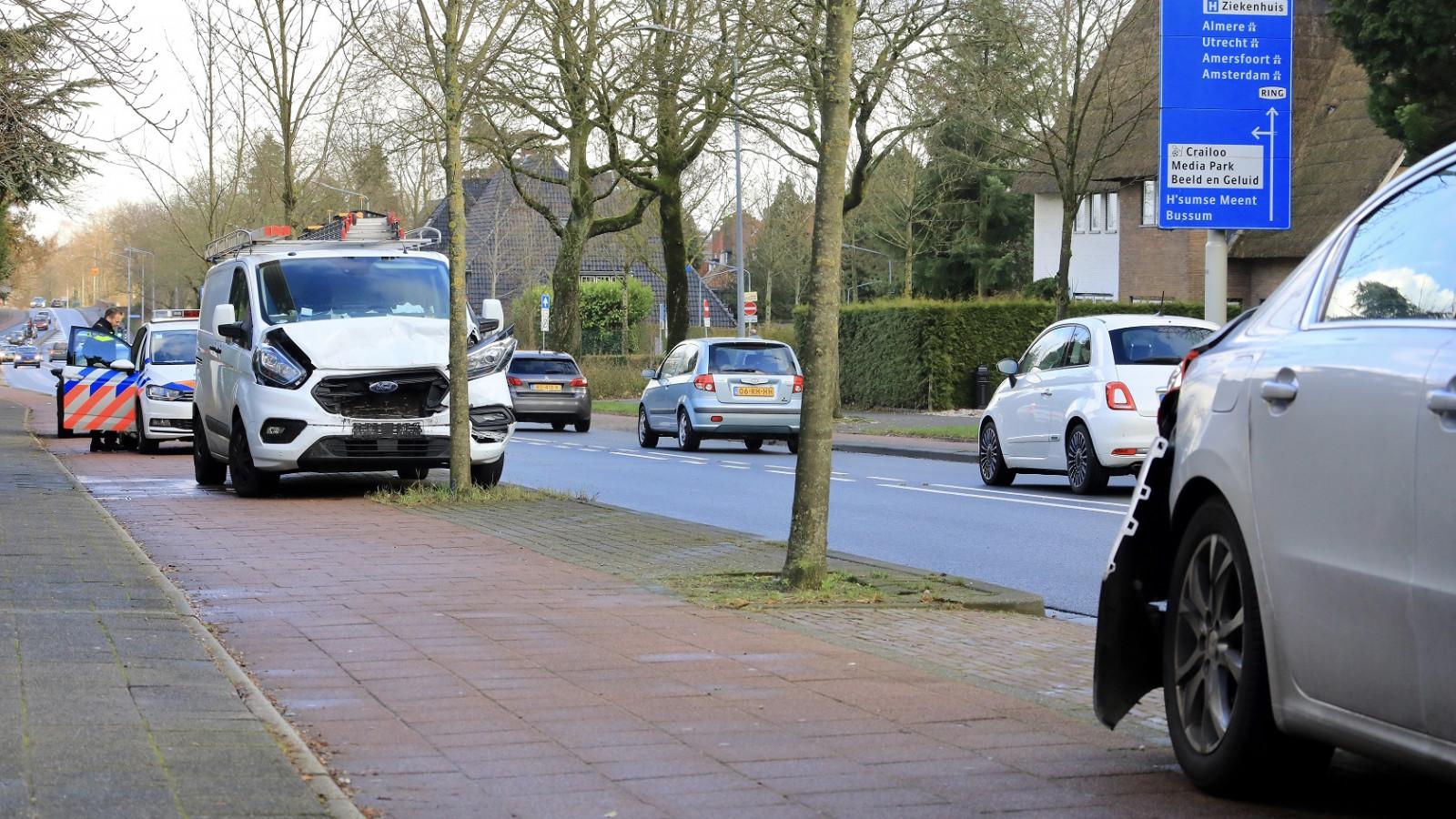 Veel schade bij botsing tussen autos in Hilversum.