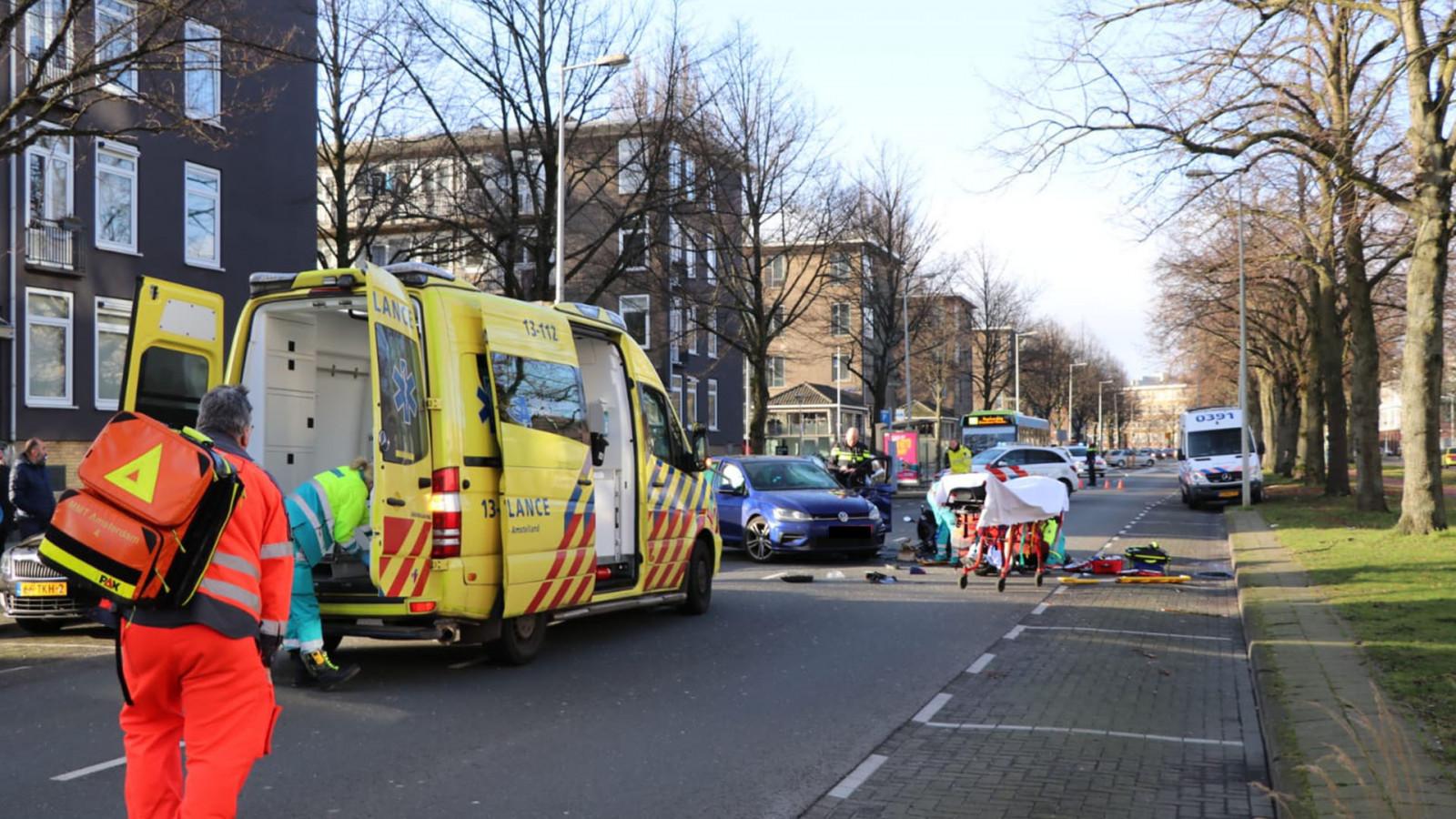 Motorrijder met spoed naar ziekenhuis na botsing op Willem de Zwijgerlaan.