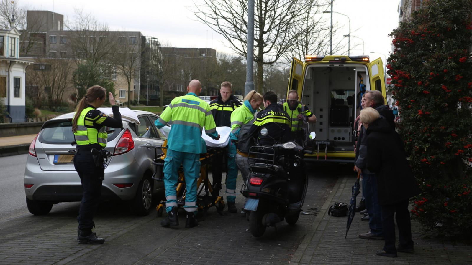 Overstekende vrouw aangereden door scooter in Haarlem.