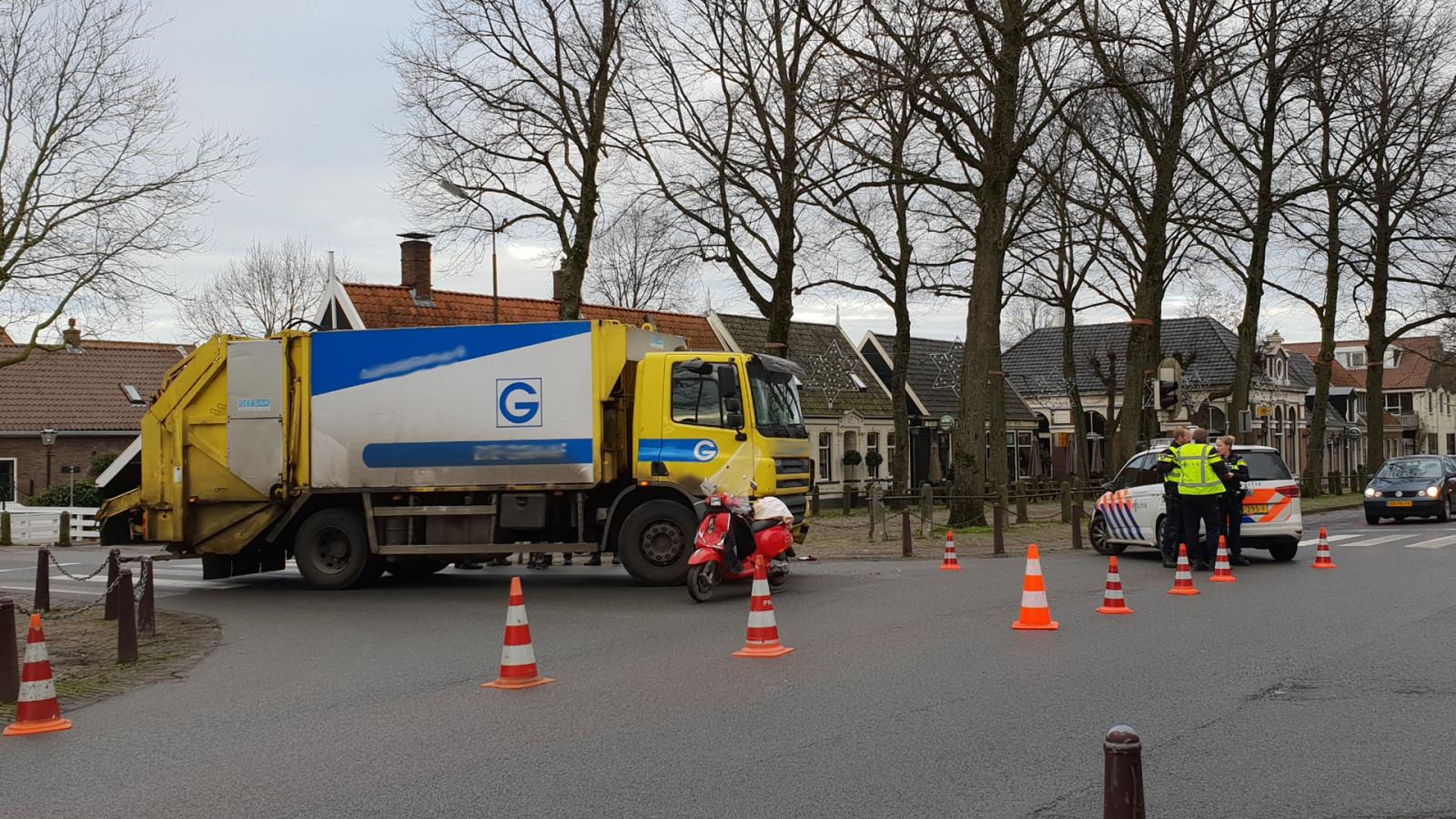 Bromfietser gewond na botsing met vrachtwagen in Middenbeemster.