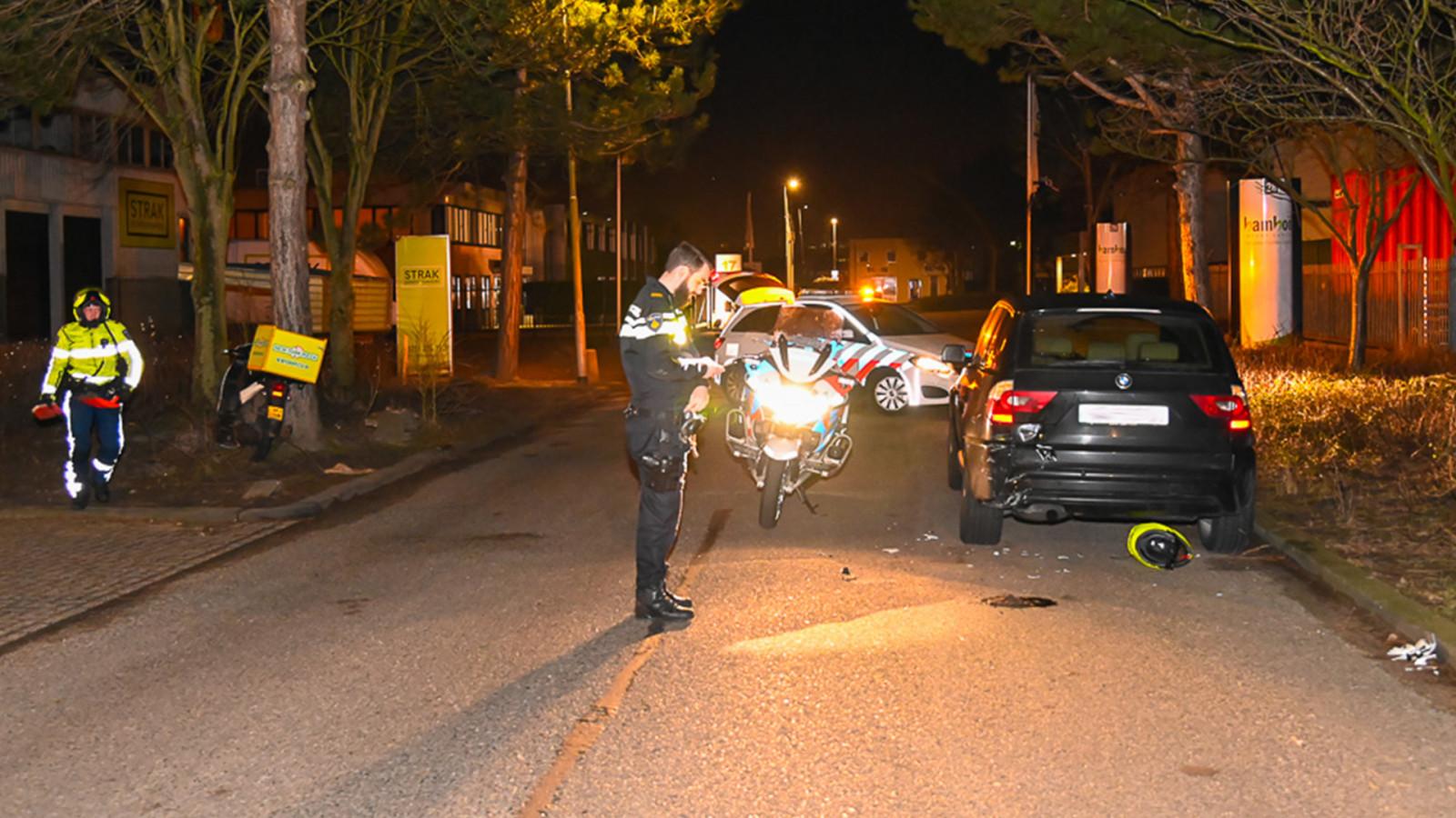 Pizzakoerier gewond bij botsing op geparkeerde auto in Beverwijk.