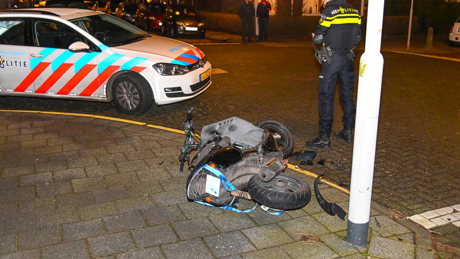 Scooterrijder gewond na botsing in Beverwijk: automobilist rijdt door.