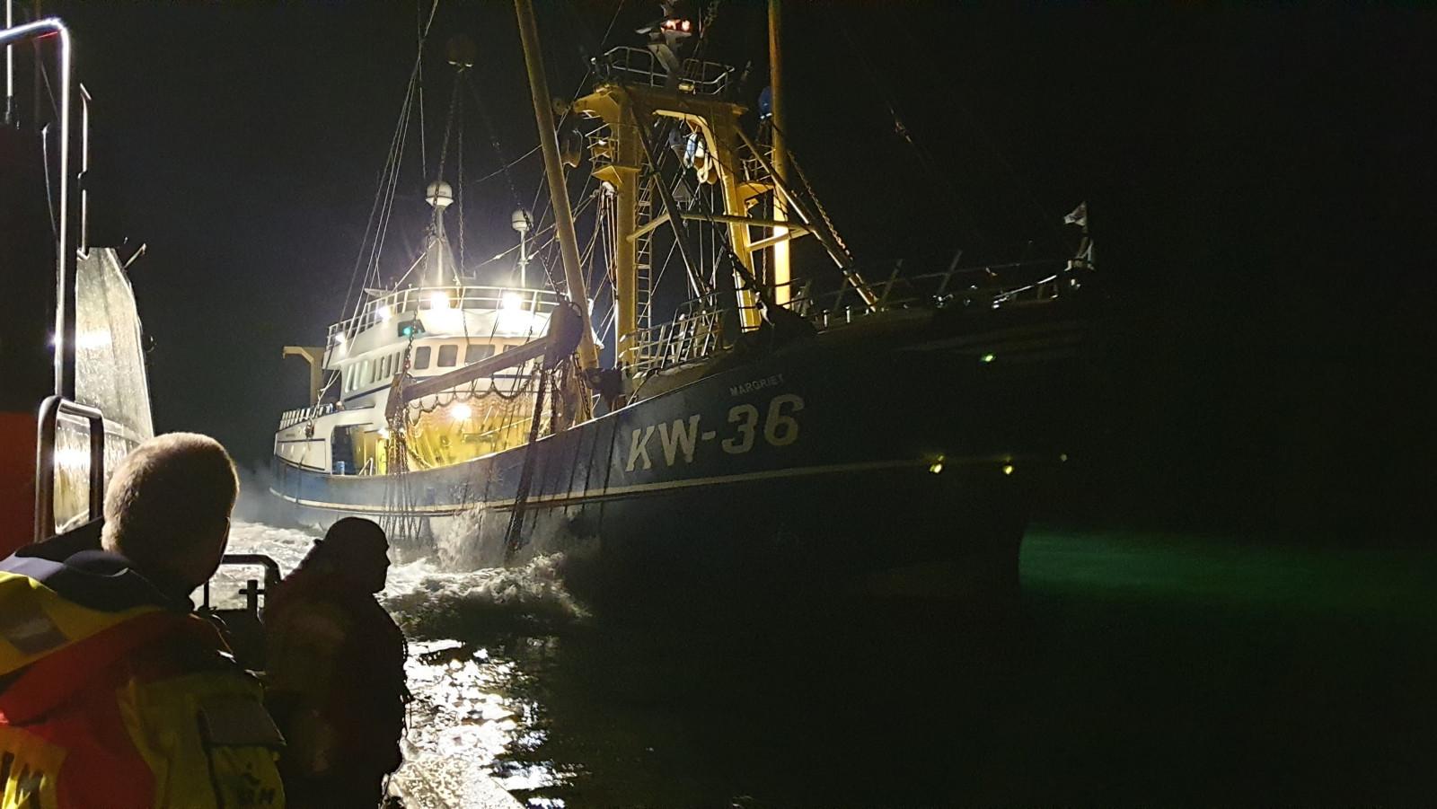Visser gewond bij ongeluk aan boord kotter voor kust IJmuiden.
