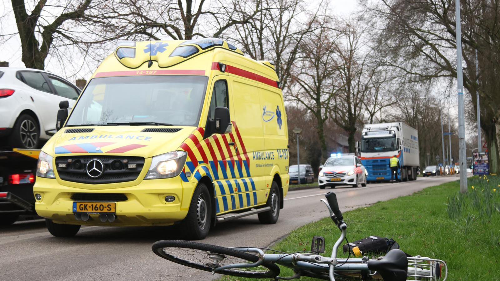 Meisje met fiets gewond na aanrijding op oversteekplaats in Huizen.