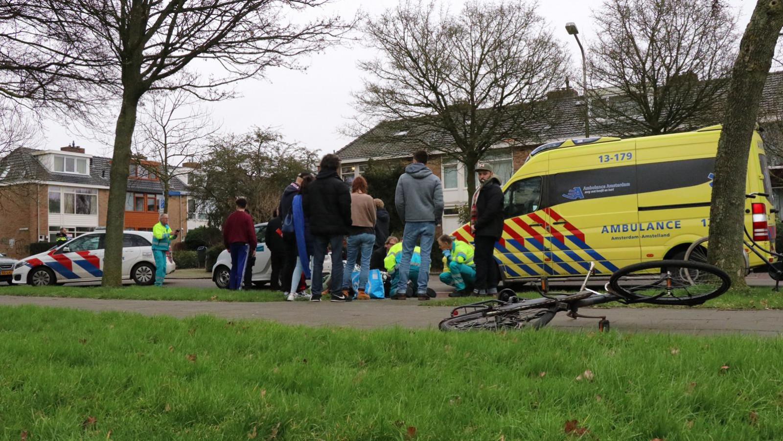Fietser gewond na botsing met huurauto in Amstelveen.
