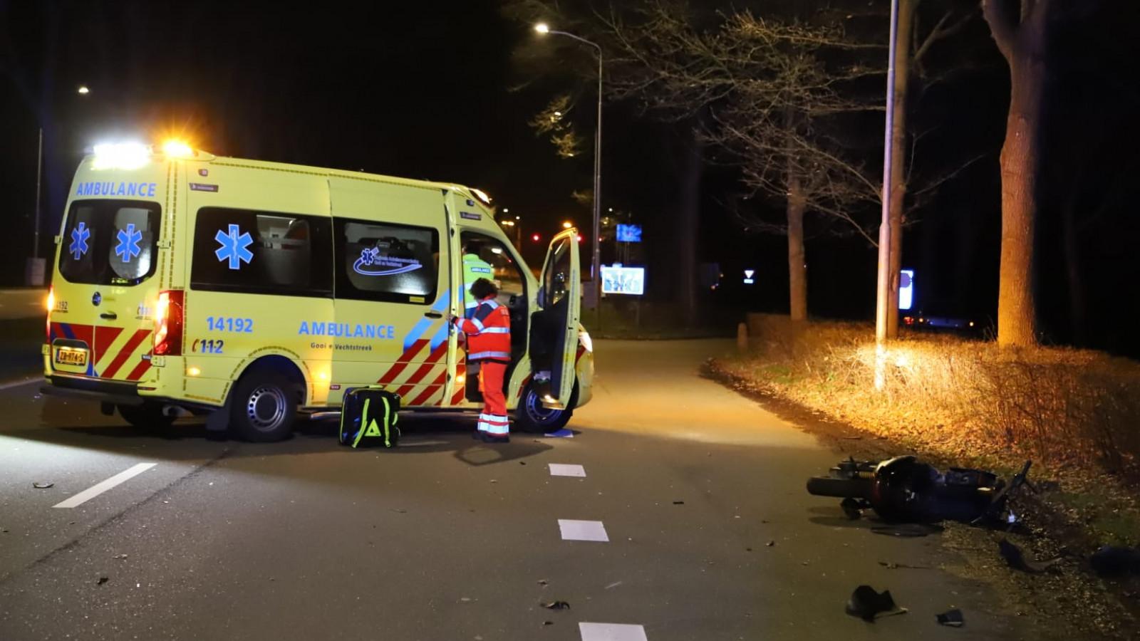 Scooterrijder zwaargewond na aanrijding met auto in Blaricum.