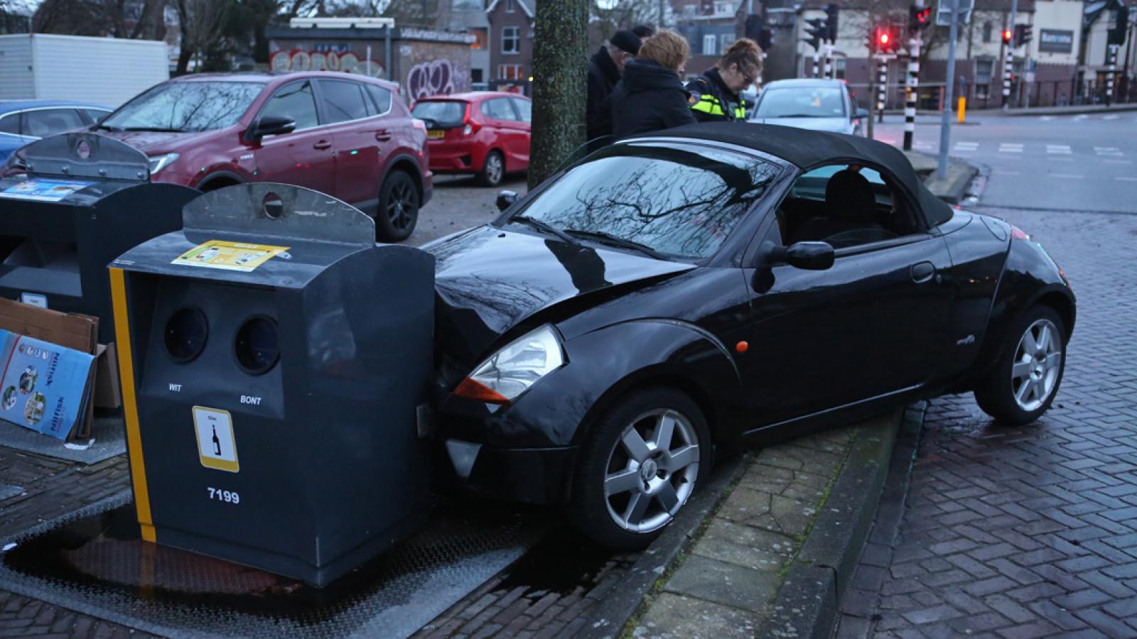 Auto knalt tegen container na botsing met andere auto.