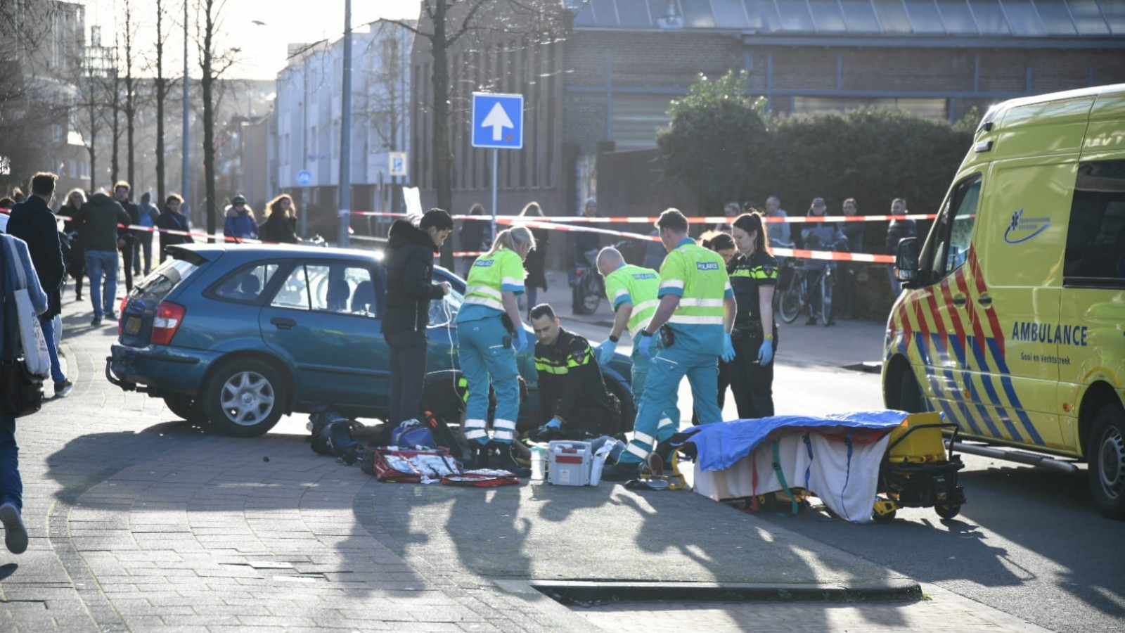 Twee gewonden na flinke botsing tussen auto en scooter in Hilversum.