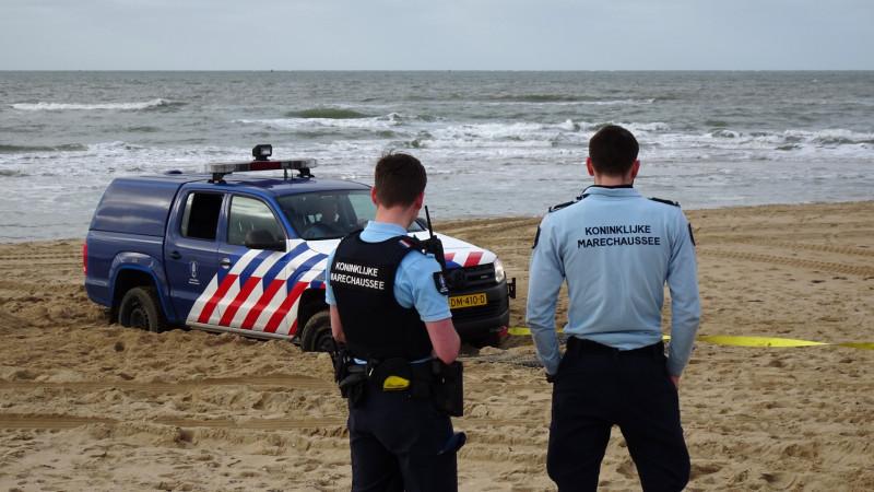 KNRM bevrijdt KMAR uit mul zand strand Huisduinen
