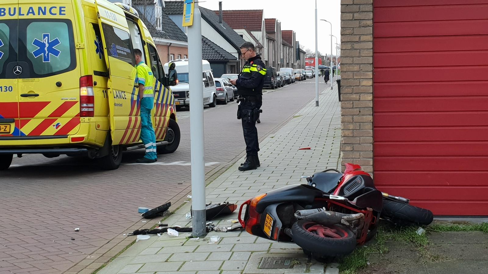 Scooterrijder gewond bij botsing tegen garage in Wormerveer.