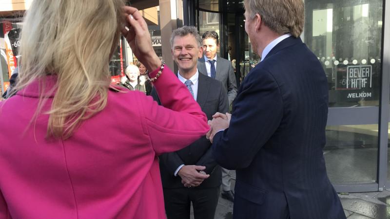 Willem-Alexander en Mona Keijzer in Beverwijk