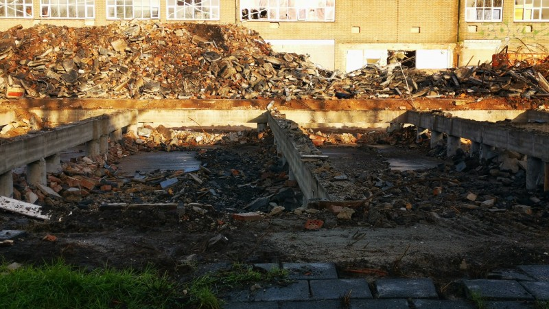 Voortgang sloop oude technische school in Enkhuizen