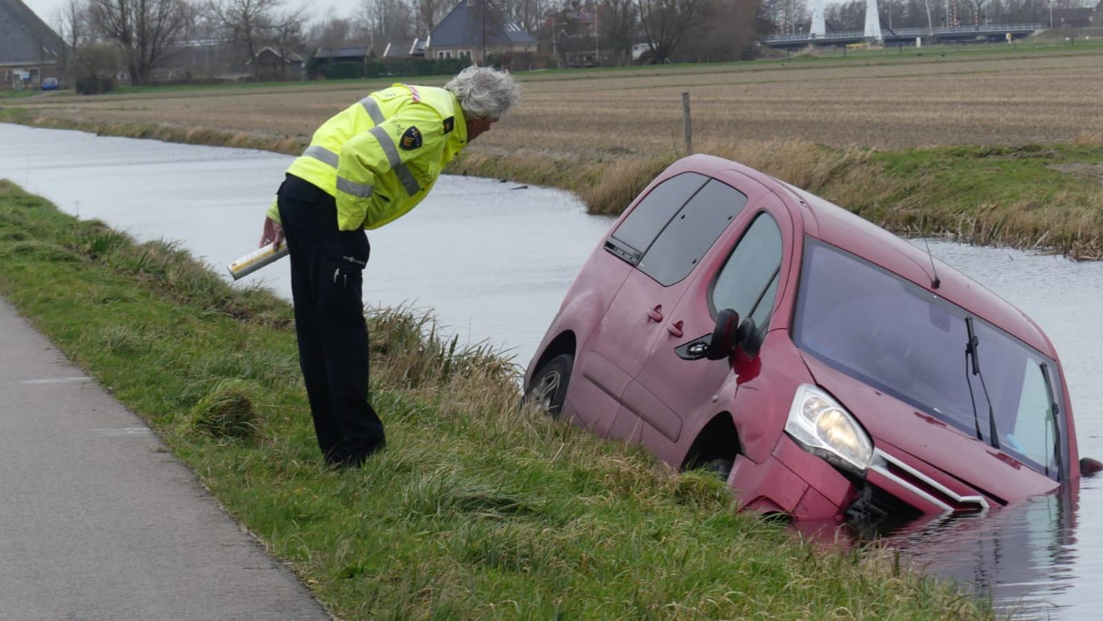 Ongeval in Schagerbrug: fietser gewond en auto te water.