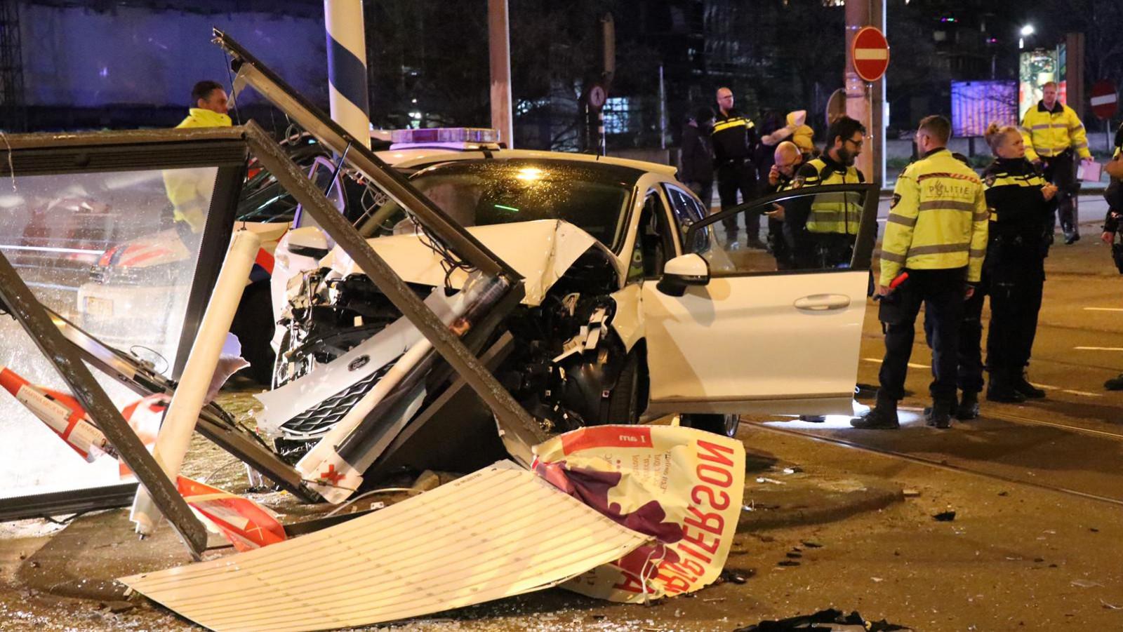 Auto botst op reclamezuil na aanrijding in Amsterdam-Zuid.