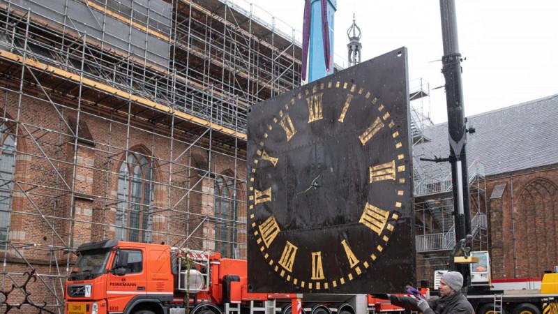 Klokken van Naarder kerk naar beneden getakeld voor restauratie