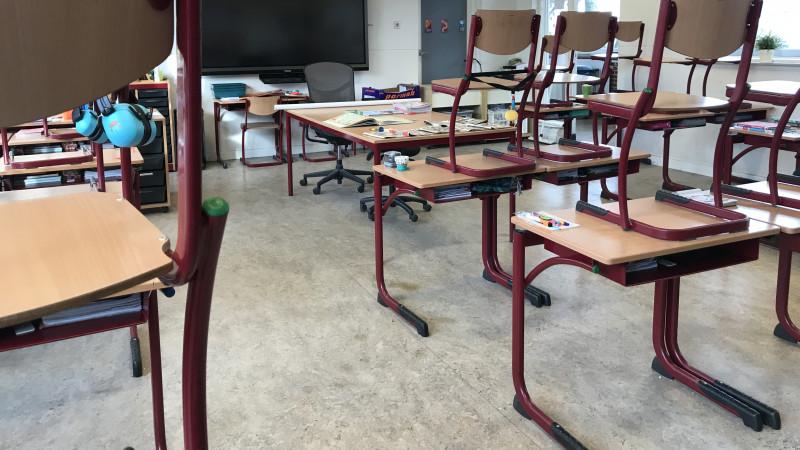 Lege klassen op de Gouden Regenschool in Hilversum