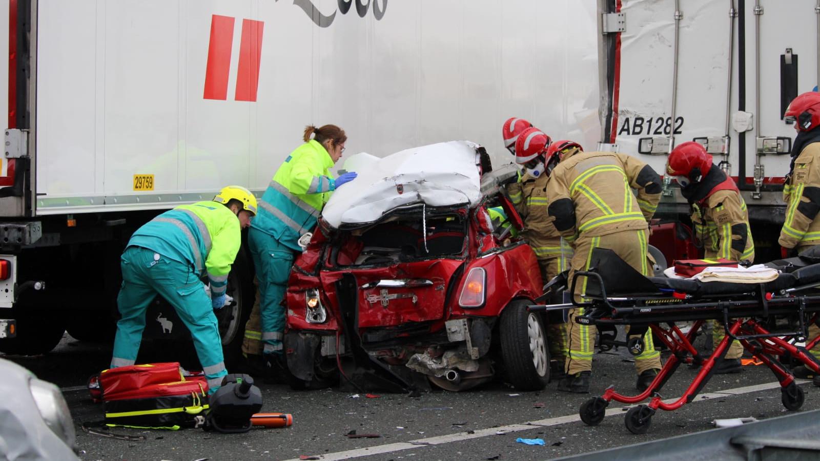 Ernstig ongeluk op A7 bij Purmerend: snelweg richting Zaanstad dicht.