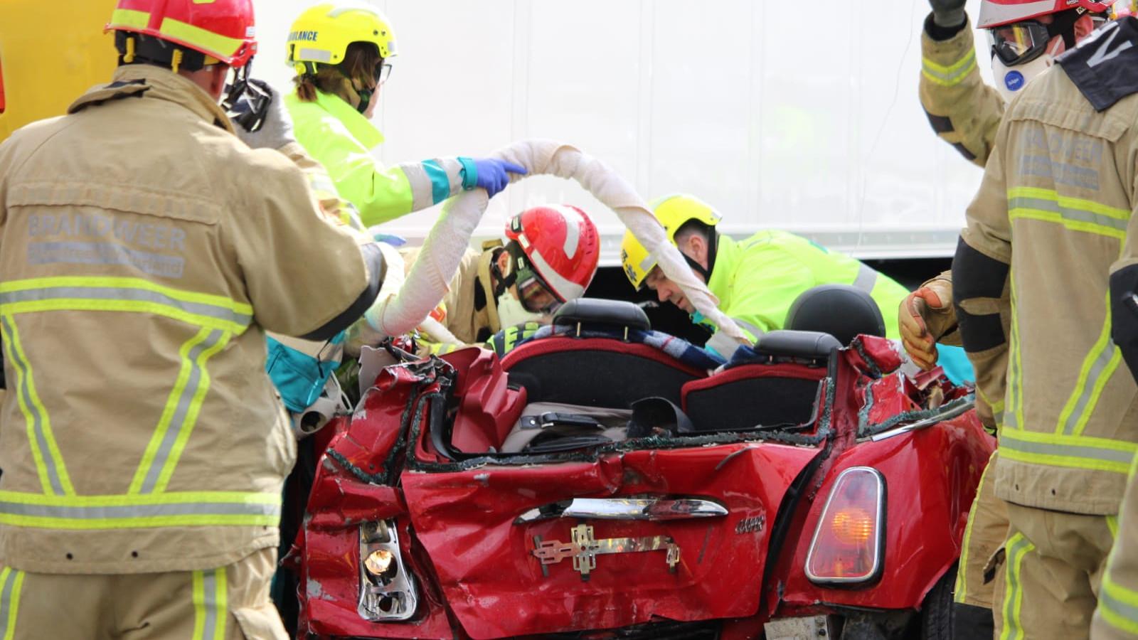 Vier gewonden bij zwaar ongeluk op A7: auto geplet tussen vrachtwagens.