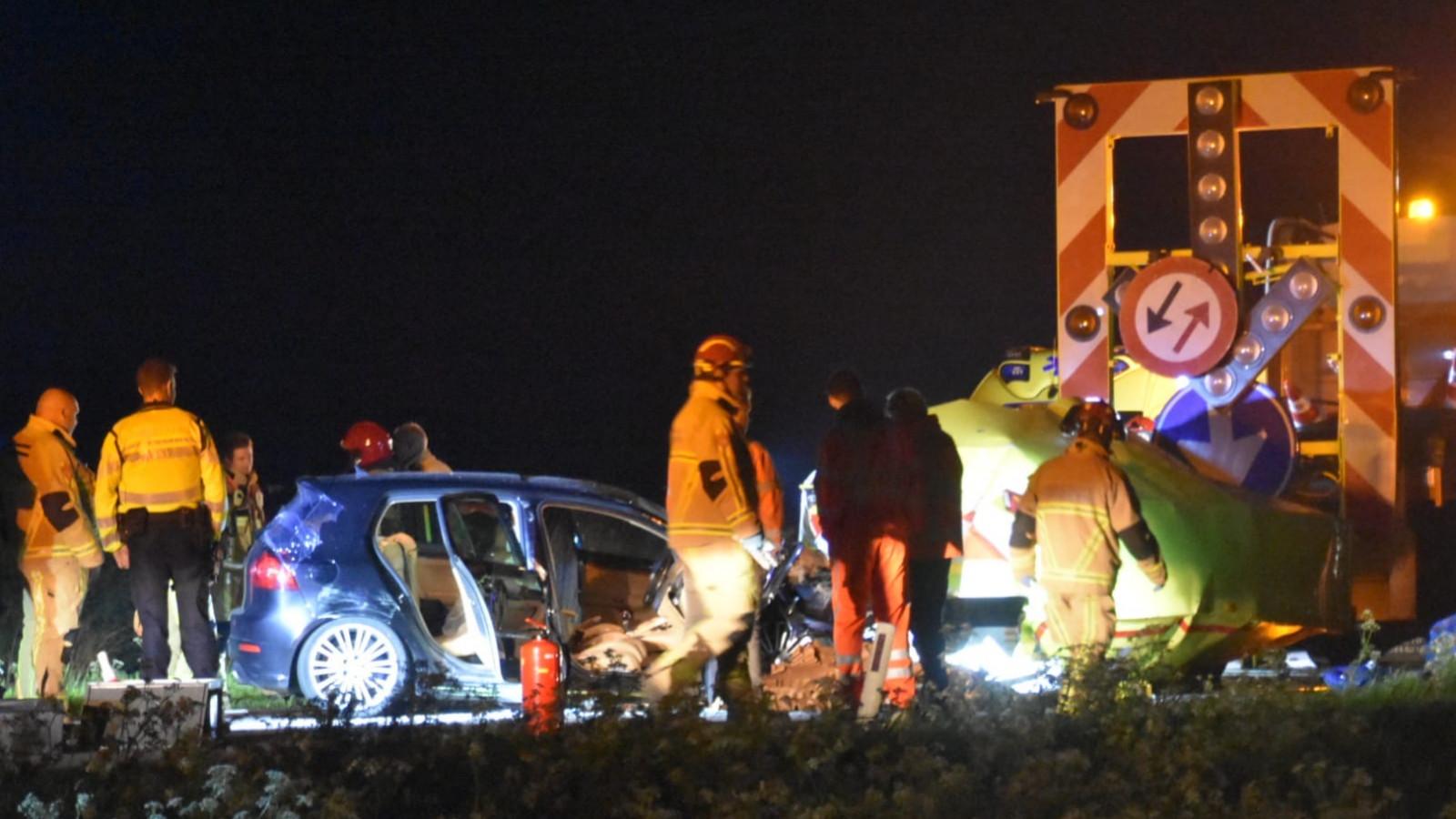 Twee mannen uit Medemblik gewond na botsing tegen pijlwagen op N247 bij Middelie.