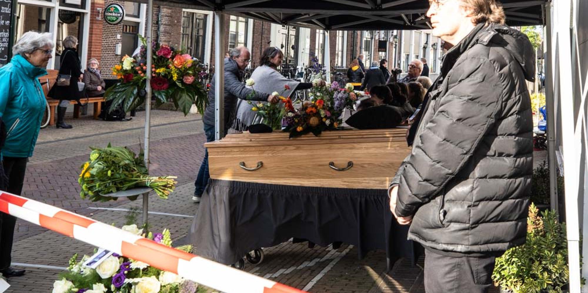 Honderden Naarders nemen afscheid van geliefde stadsomroeper
