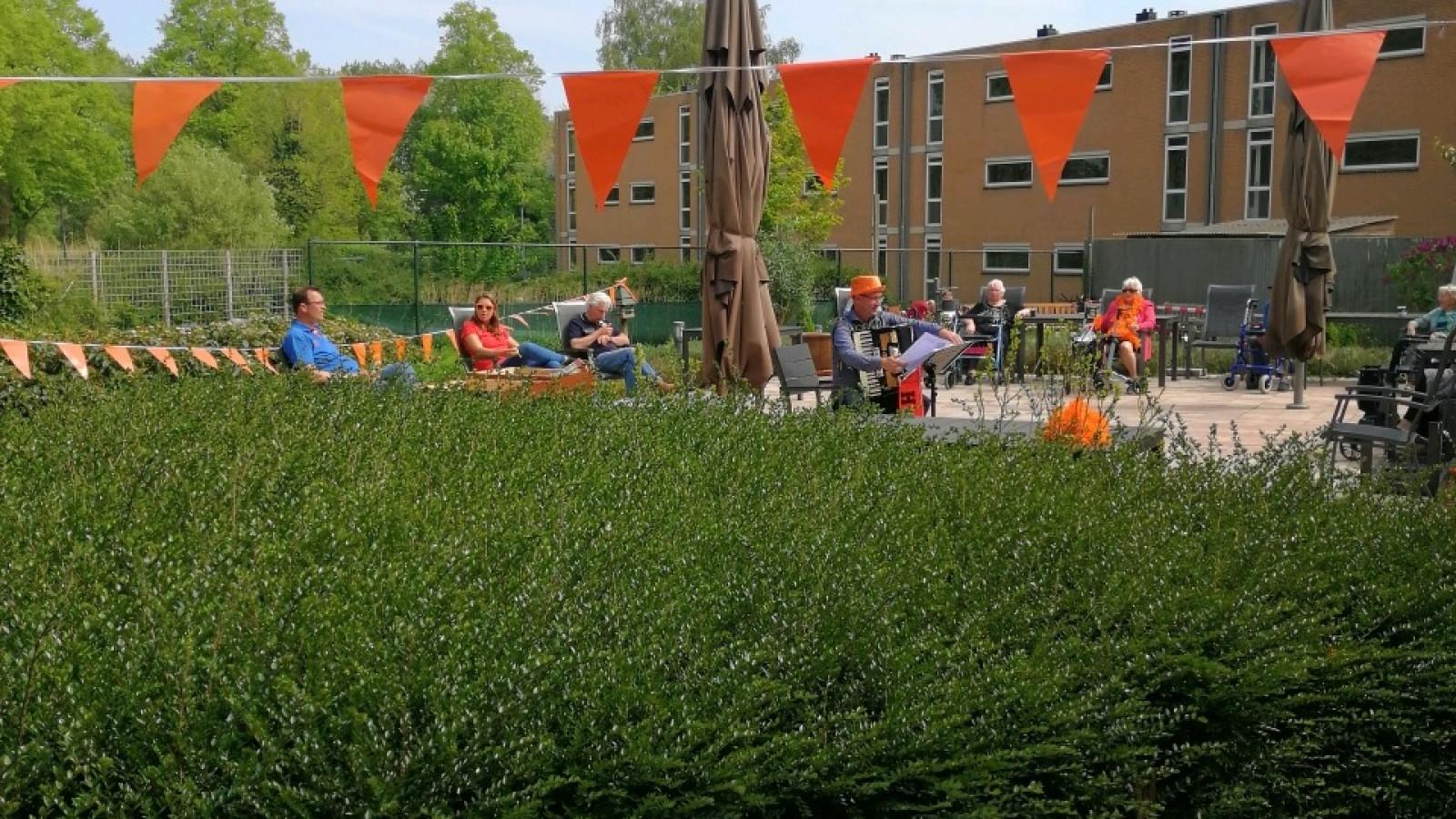 Buitenoptreden bij Oversingel in Weesp