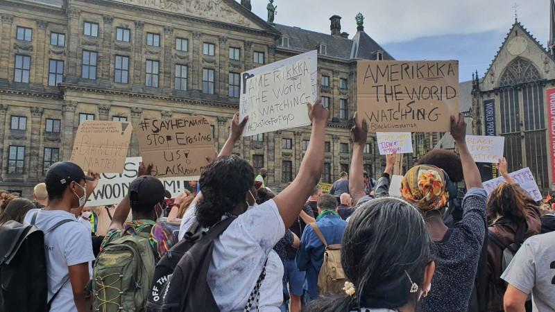 Honderden demonstranten tegen racisme en politiegeweld op de Dam
